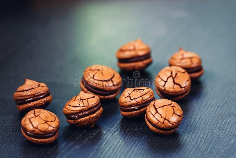Biscoitos para sanduíches de chocolate desagradáveis com fundo de madeira fotografia de stock