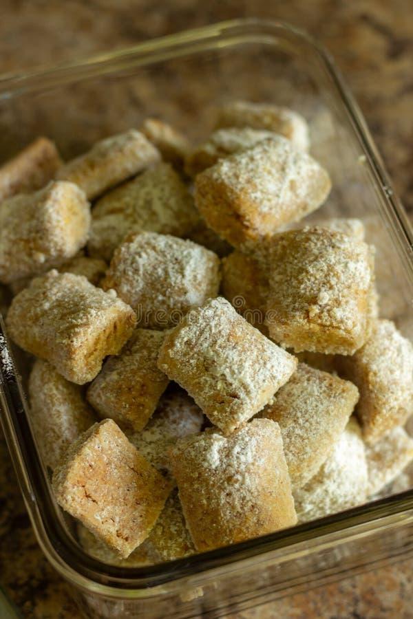 Biscoitos pequenos com pó da amêndoa imagens de stock
