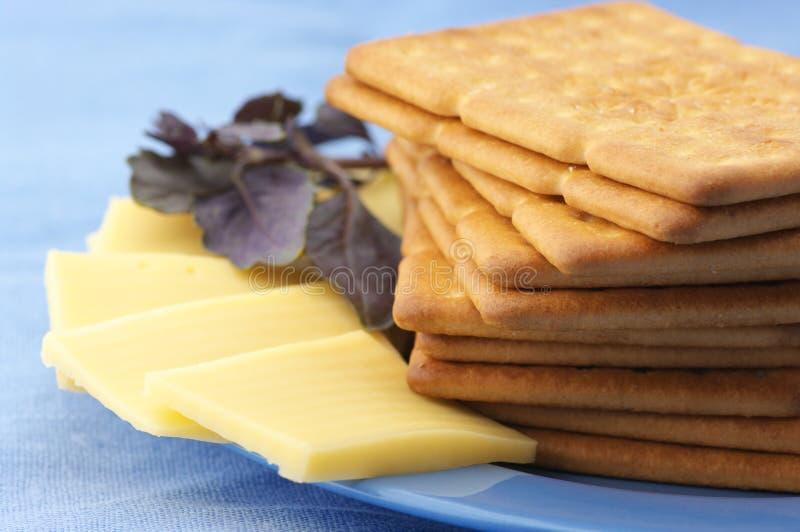 Biscoitos, queijo e manjericão foto de stock royalty free