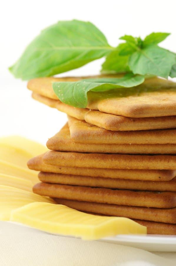 Biscoitos, queijo e manjericão fotografia de stock royalty free