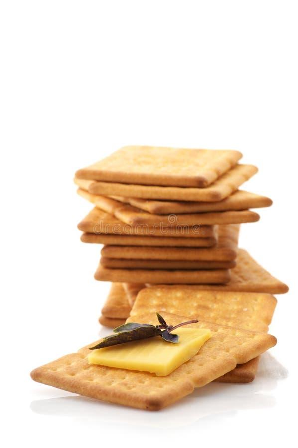 Biscoitos, queijo e manjericão imagens de stock royalty free