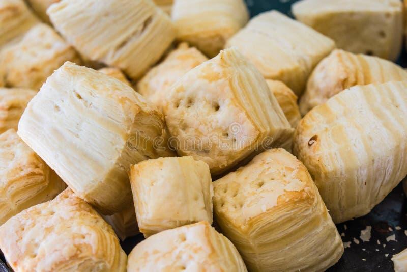 Biscoitos salgados, quadrados deliciosos feitos da margarina, cozido fotografia de stock