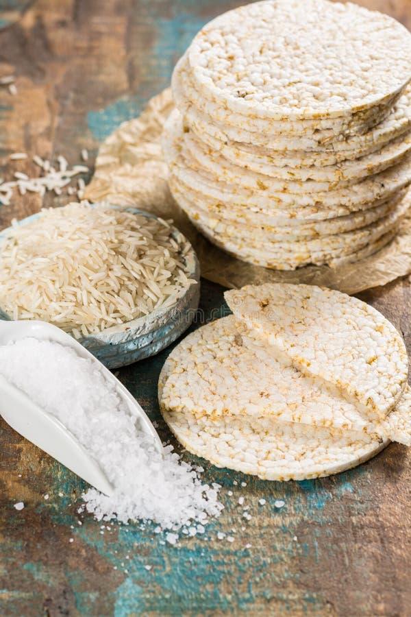 Biscoitos saudáveis dos bolos de arrozes tufados empilhados com sal do mar foto de stock royalty free