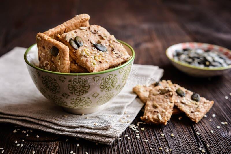 Biscoitos soletrados da farinha com abóbora, girassol, sésamo, linho e sementes de cânhamo fotos de stock royalty free