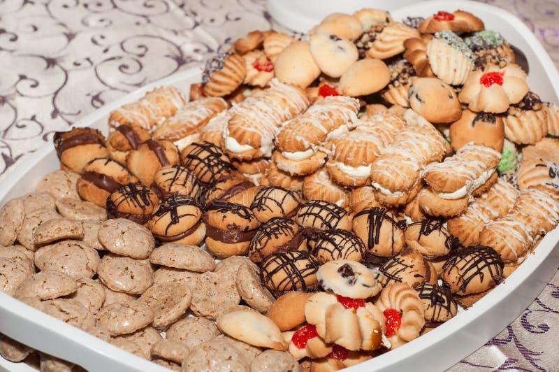 Biscoitos sortidos em uma placa foto de stock