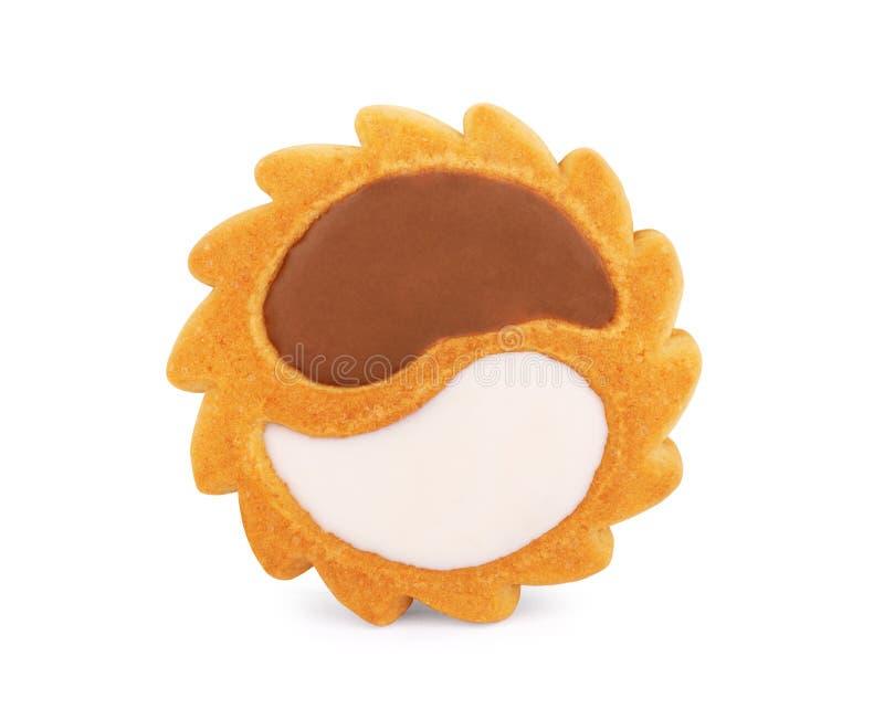 Biscoitos Yin yang com chocolate branco e preto sobre fundo branco fotos de stock royalty free