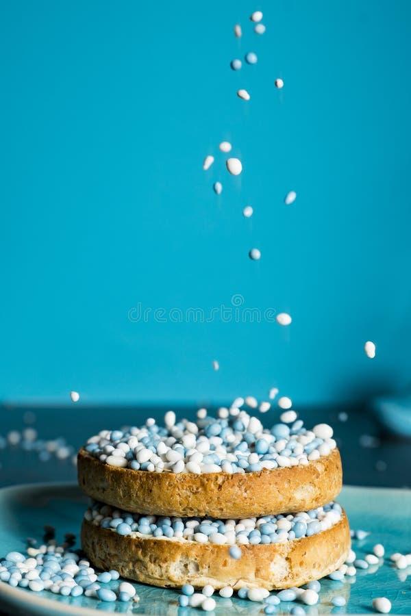 Biscotte avec les boules bleues d'anis, muisjes, tradition aux Pays-Bas pour c?l?brer la naissance d'un fils photos stock
