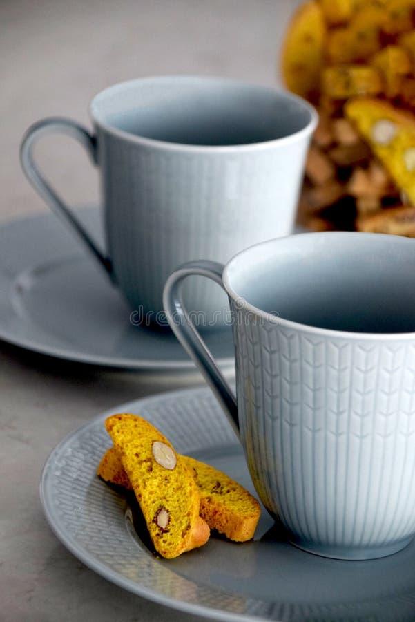 Biscotti και δύο φλυτζάνια καφέ στοκ φωτογραφία