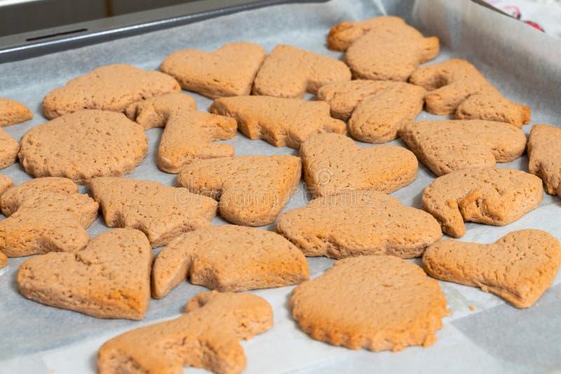 Biscotti bollenti freschi delle forme differenti su un primo piano dello strato bollente immagine stock libera da diritti