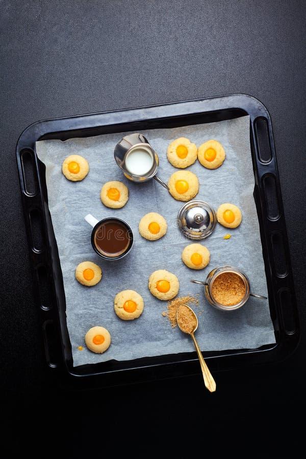 Biscotti casalinghi con crema fotografie stock