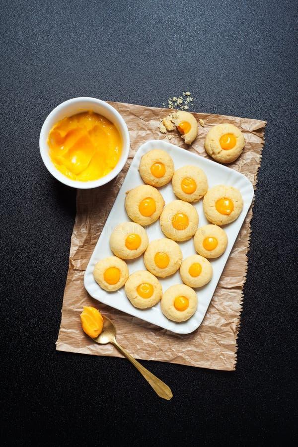 Biscotti casalinghi con crema immagini stock libere da diritti