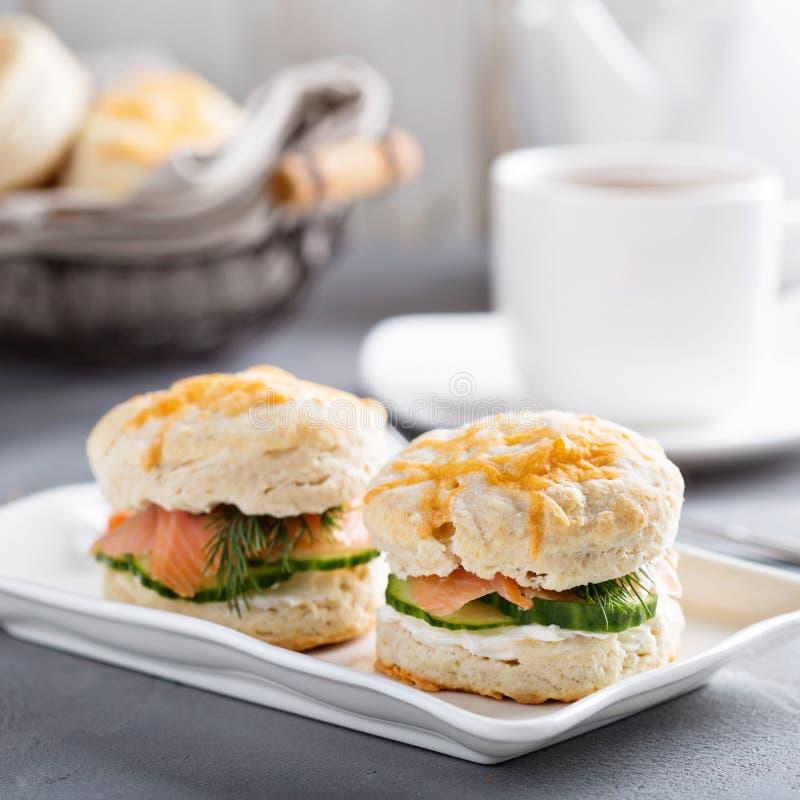 Biscotti casalinghi con formaggio cremoso e salmone affumicato immagini stock
