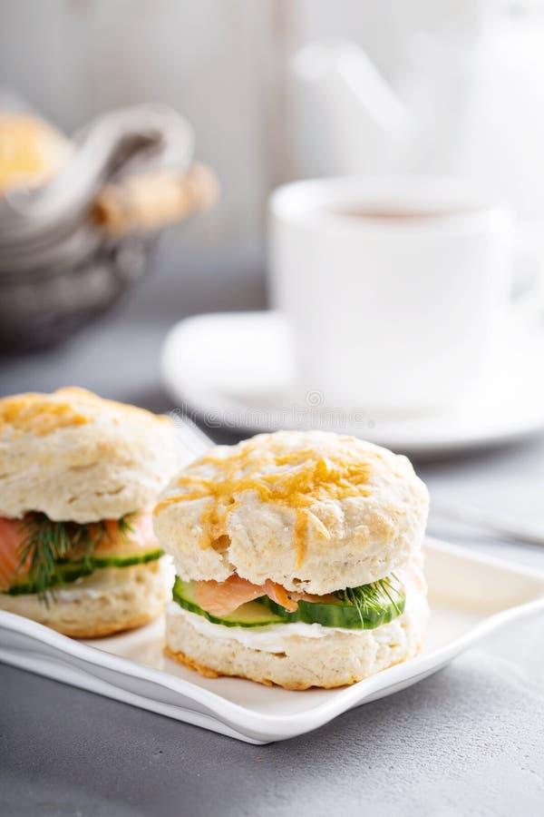Biscotti casalinghi con formaggio cremoso e salmone affumicato immagine stock