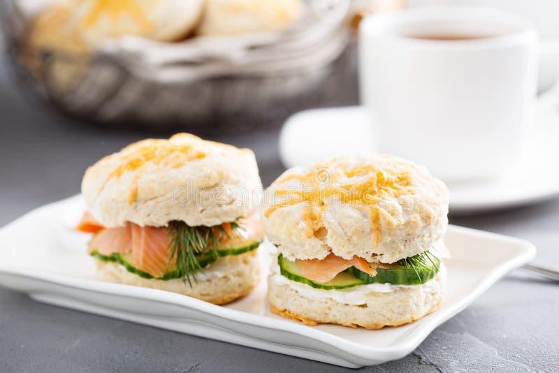 Biscotti casalinghi con formaggio cremoso e salmone affumicato fotografie stock libere da diritti