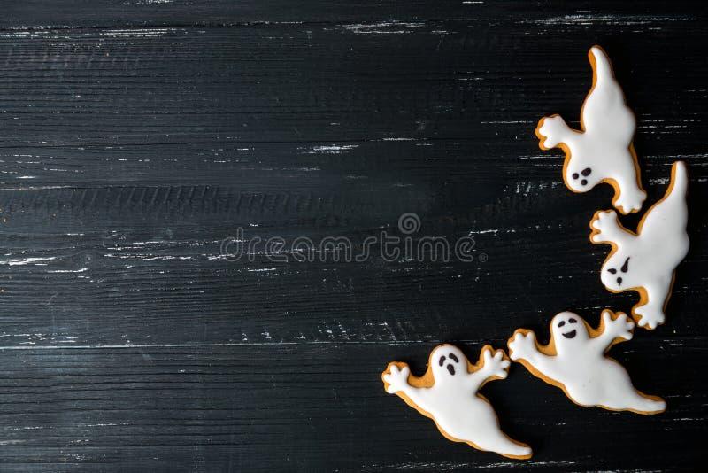 Biscotti casalinghi del pan di zenzero di Halloween sopra la tavola di legno fotografie stock