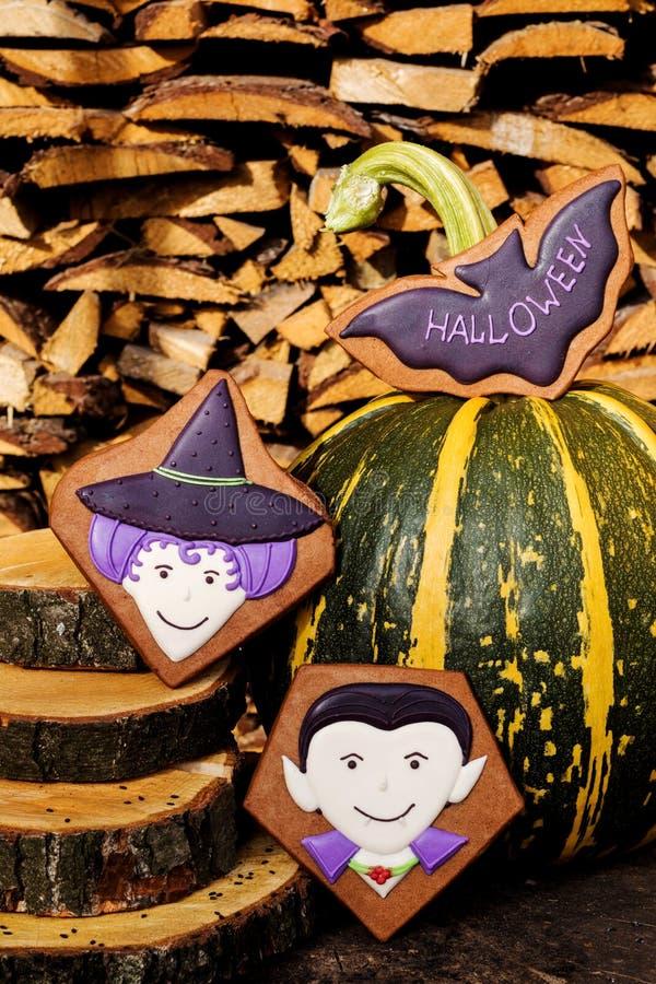 Biscotti casalinghi del pan di zenzero di Halloween su fondo di legno fotografie stock libere da diritti