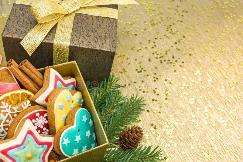 Biscotti casalinghi del pan di zenzero di Natale in contenitore di regalo fotografie stock