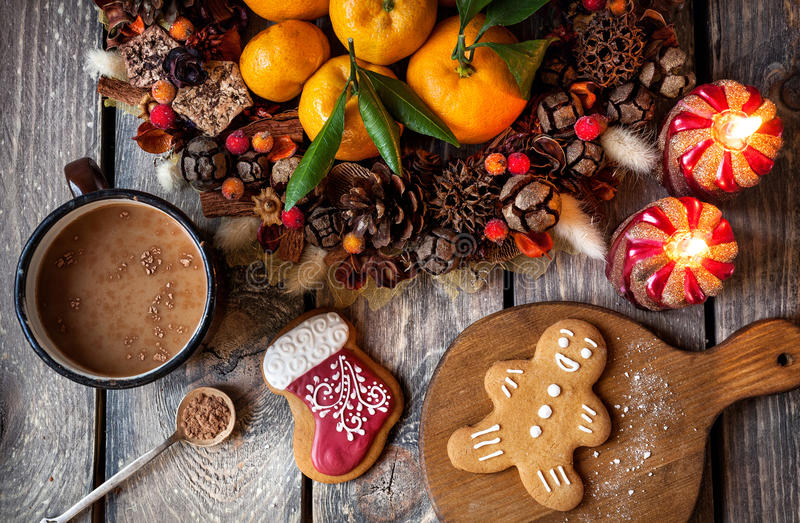 Biscotti casalinghi del pan di zenzero di Natale sulla tavola di legno immagine stock libera da diritti