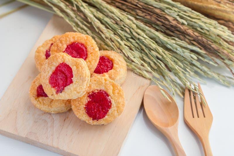 Biscotti casalinghi della ciliegia con le orecchie del grano immagini stock libere da diritti