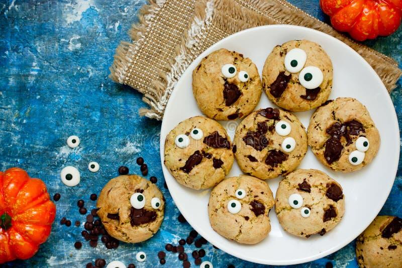 Biscotti casalinghi di Halloween con di pepita di cioccolato immagine stock libera da diritti