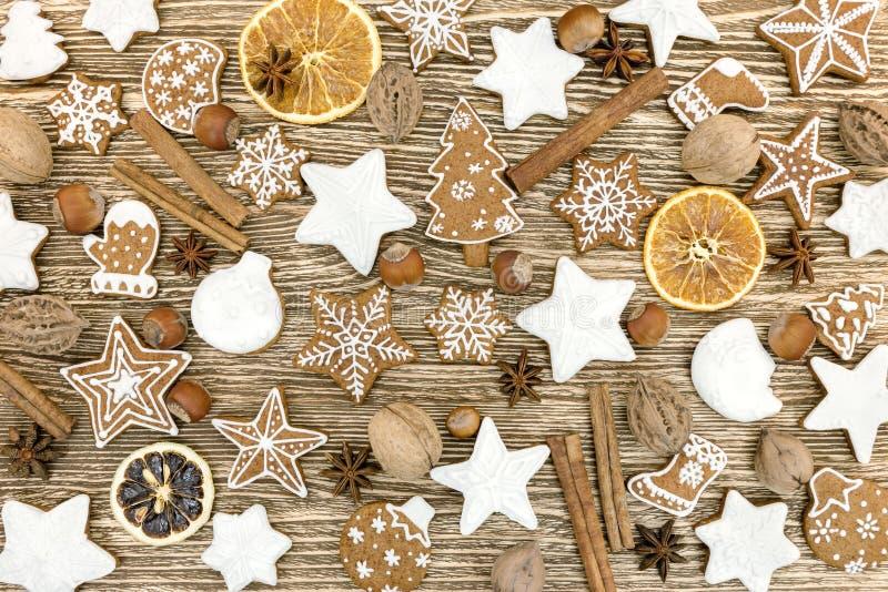 Biscotti casalinghi, frutti, spezie e dadi del pan di zenzero di Natale fotografie stock libere da diritti