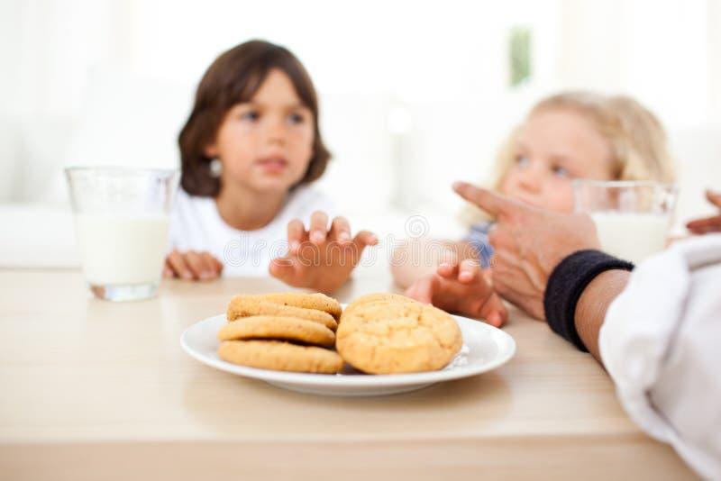 biscotti che bevono mangiando i fratelli germani del latte fotografia stock libera da diritti