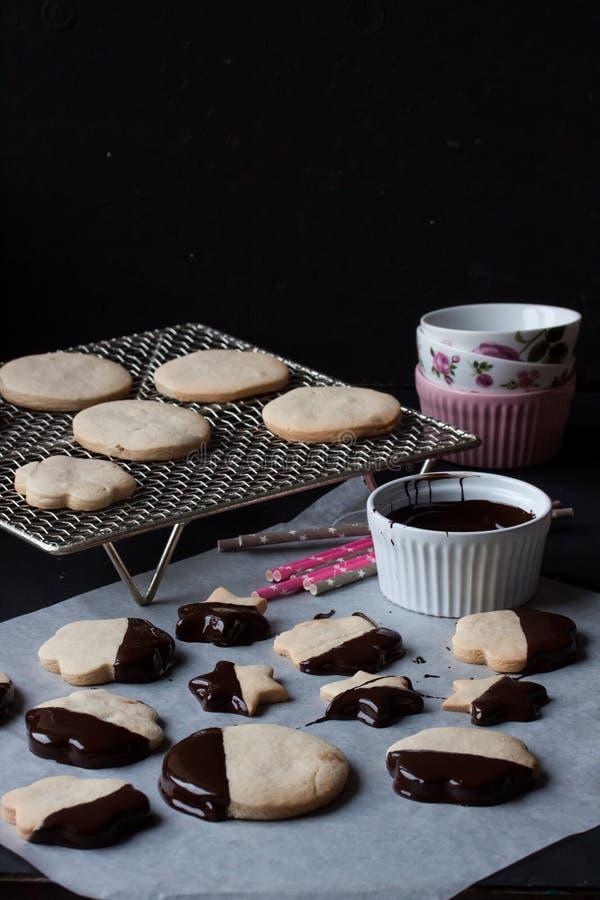 Biscotti con cioccolato fuso, fonduta di cioccolato immagine stock libera da diritti