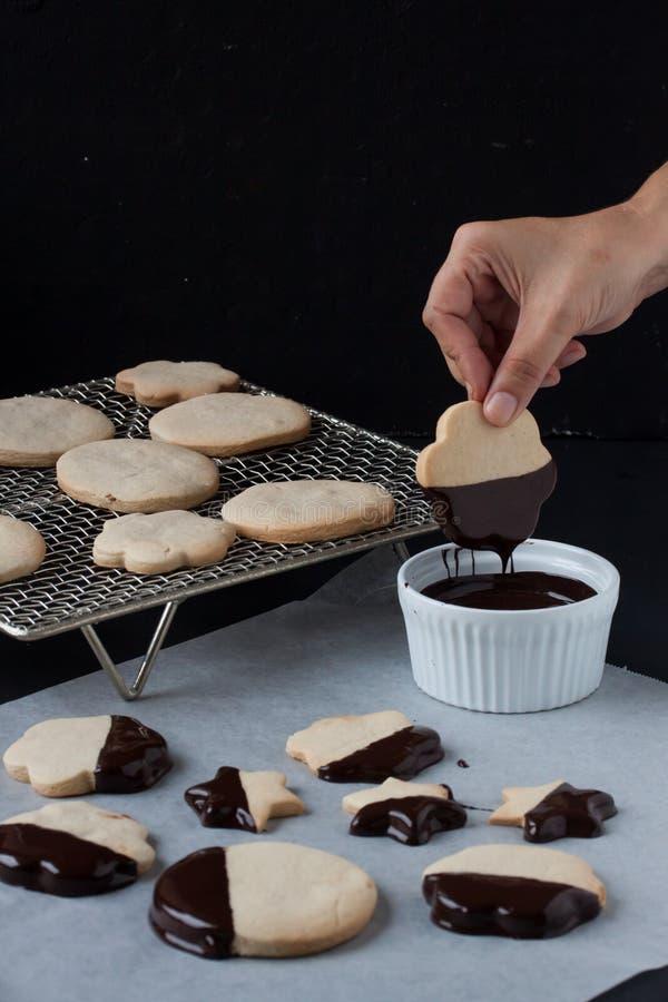 Biscotti con cioccolato fuso, fonduta di cioccolato fotografie stock libere da diritti