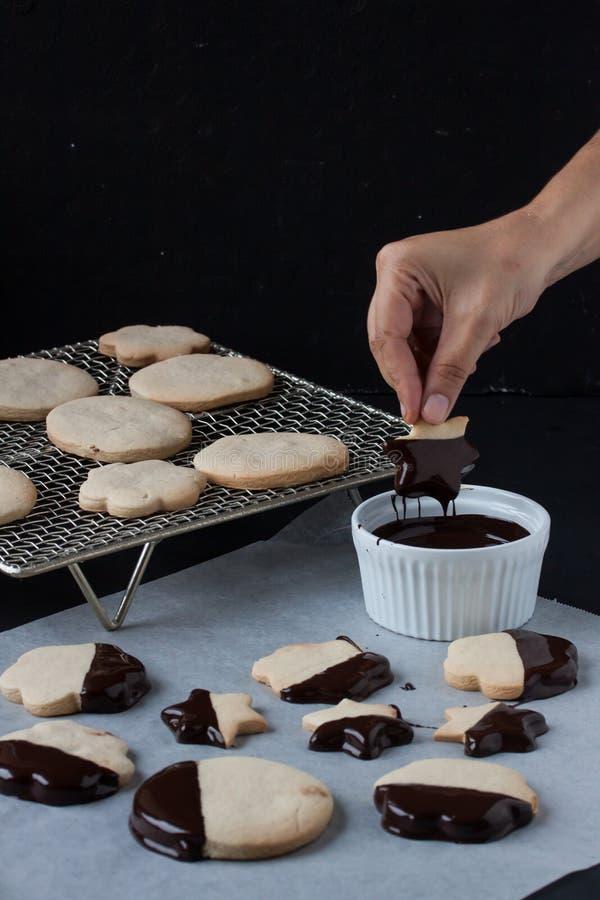 Biscotti con cioccolato fuso, fonduta di cioccolato fotografia stock libera da diritti