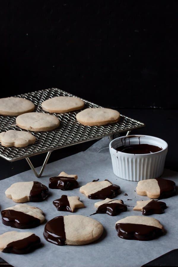 Biscotti con cioccolato fuso, fonduta di cioccolato immagini stock