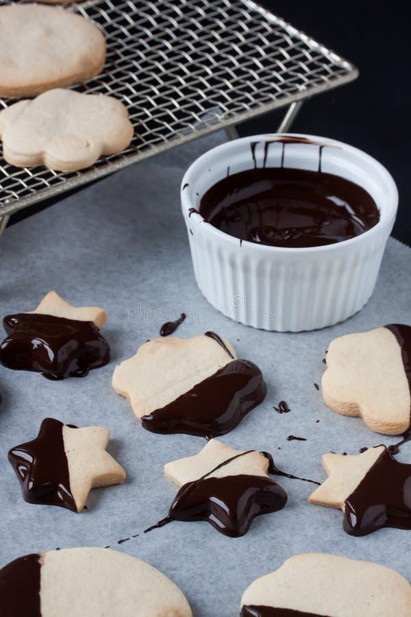 Biscotti con cioccolato fuso, fonduta di cioccolato fotografie stock