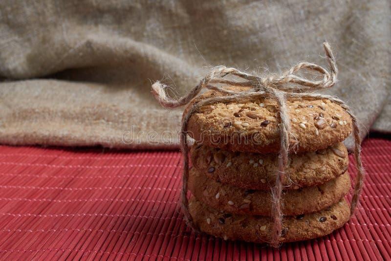 Biscotti con i semi di girasole e del sesamo sulla tavola Cibo sano immagini stock libere da diritti