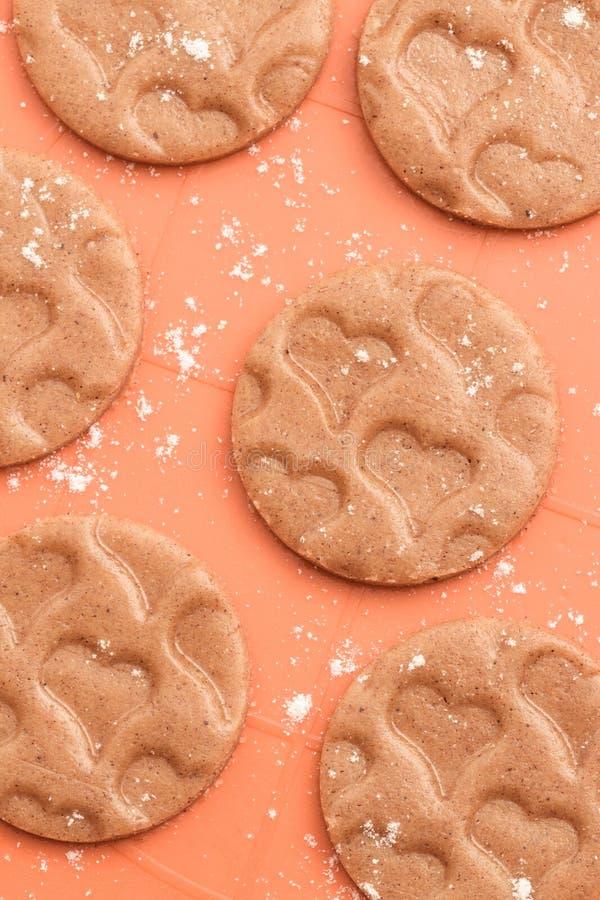 Biscotti con il modello a forma di del cuore immagini stock libere da diritti