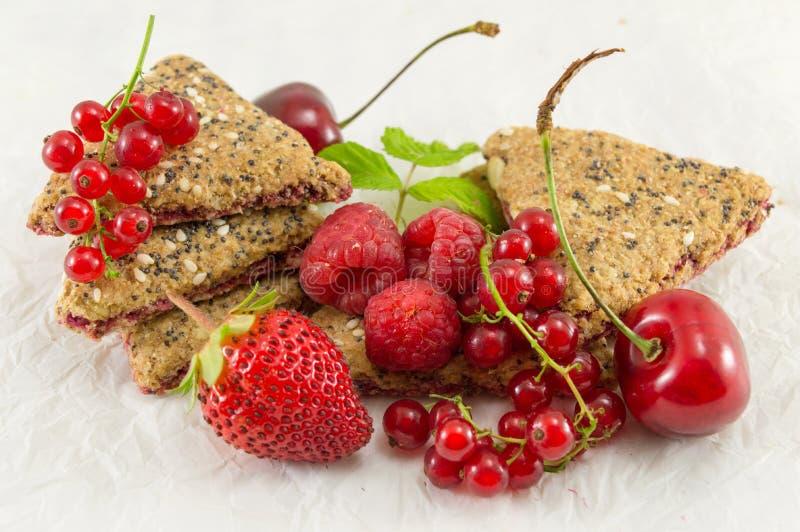 Biscotti con il ribes e la ciliegia della fragola fotografia stock libera da diritti