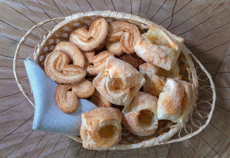 Biscotti con inceppamento in un canestro su un fondo di legno Vista superiore immagine stock libera da diritti
