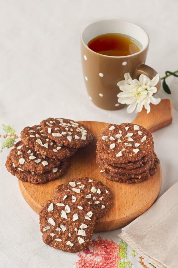 Biscotti con tè sulla tavola fotografia stock libera da diritti