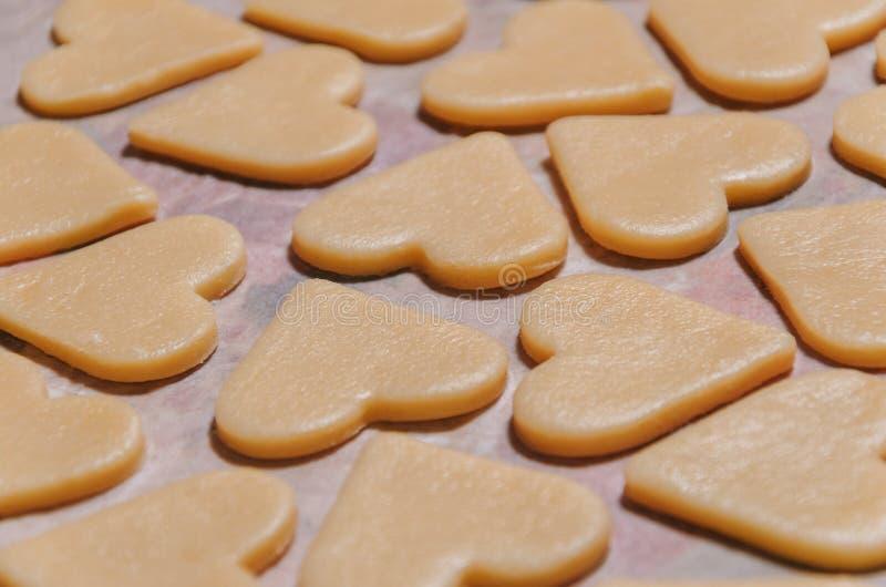 Biscotti crudi sotto forma dei cuori immagine stock libera da diritti