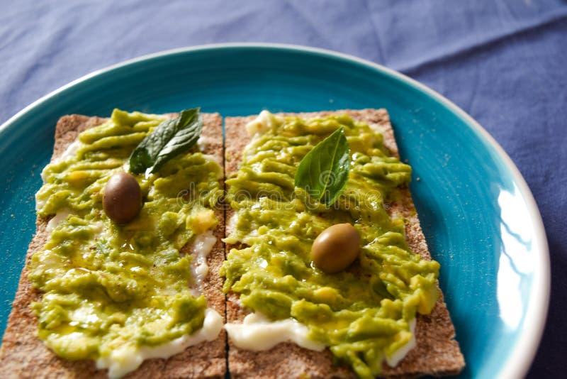 Biscotti da farina integrale, tofu, avocado, alimento del vegano fotografia stock libera da diritti