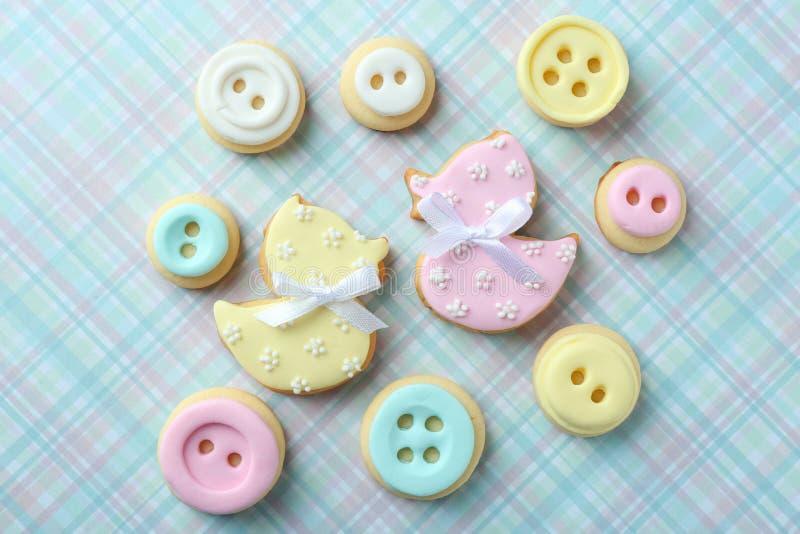 Biscotti del bambino decorati con la glassa fotografia stock libera da diritti