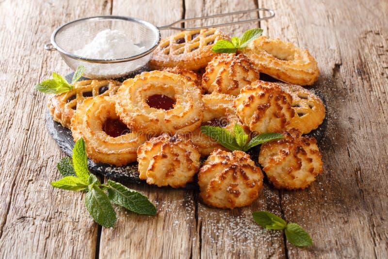 Biscotti del biscotto del dessert in assortimento con la menta e il sug in polvere fotografia stock