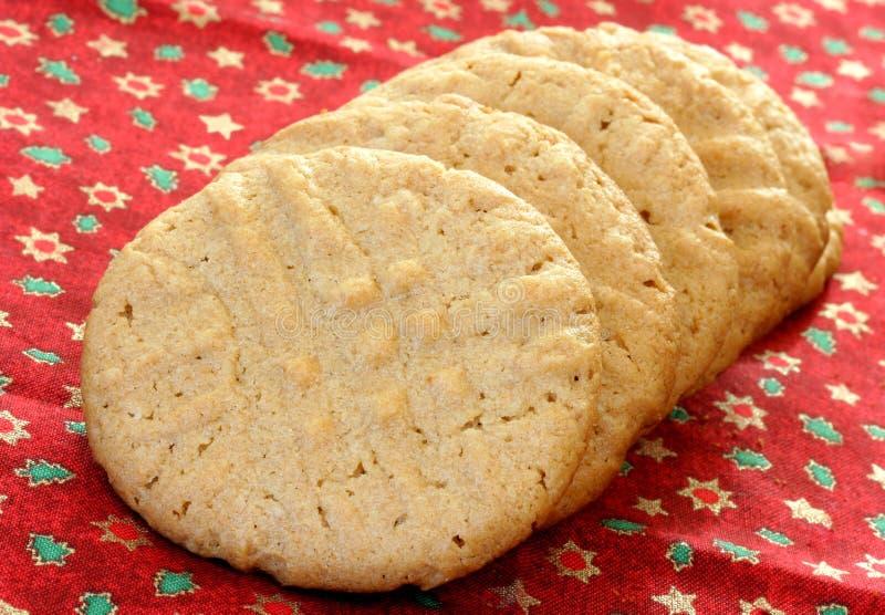 Biscotti del burro di arachide in una riga immagine stock