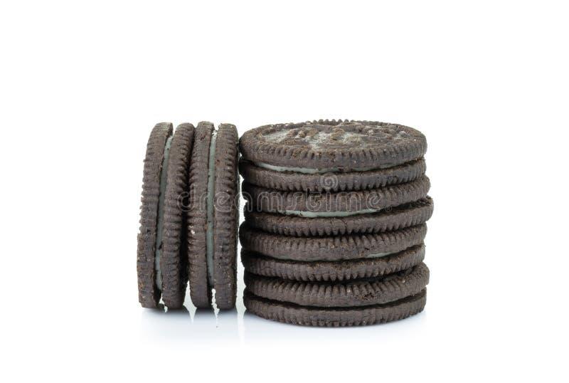 Biscotti del cioccolato con crema isolata su fondo bianco fotografia stock libera da diritti