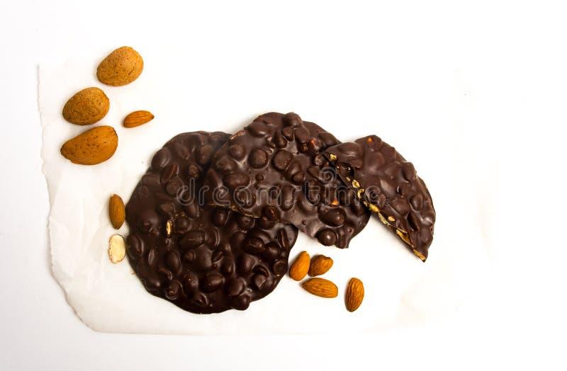 Biscotti del cioccolato con la mandorla isolata immagini stock