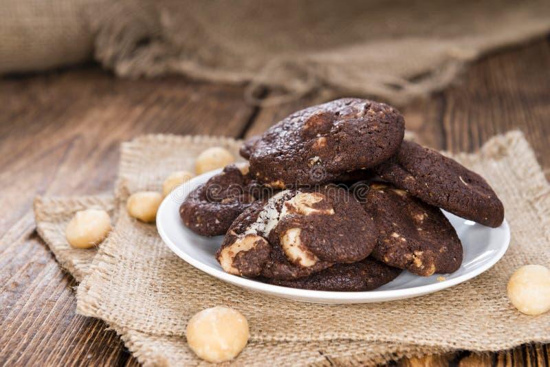 Biscotti del cioccolato (con le noci di macadamia) immagine stock