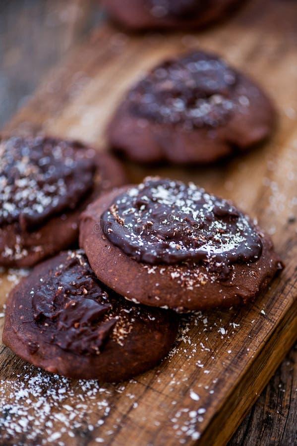 Biscotti del cioccolato con cioccolato sulla cima immagine stock