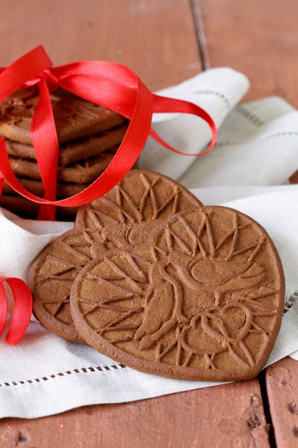 Biscotti del cioccolato sotto forma di cuore immagini stock