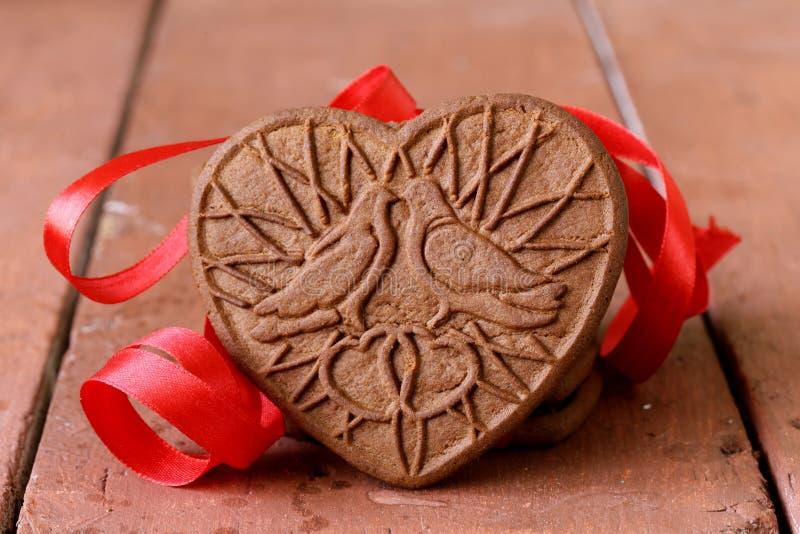 Biscotti del cioccolato sotto forma di cuore fotografia stock