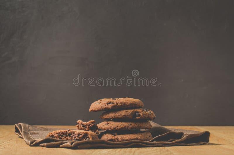 Biscotti del cioccolato sulla tavola di legno Colpo dei biscotti di pepita di cioccolato/biscotti del cioccolato sulla tavola di  fotografia stock libera da diritti