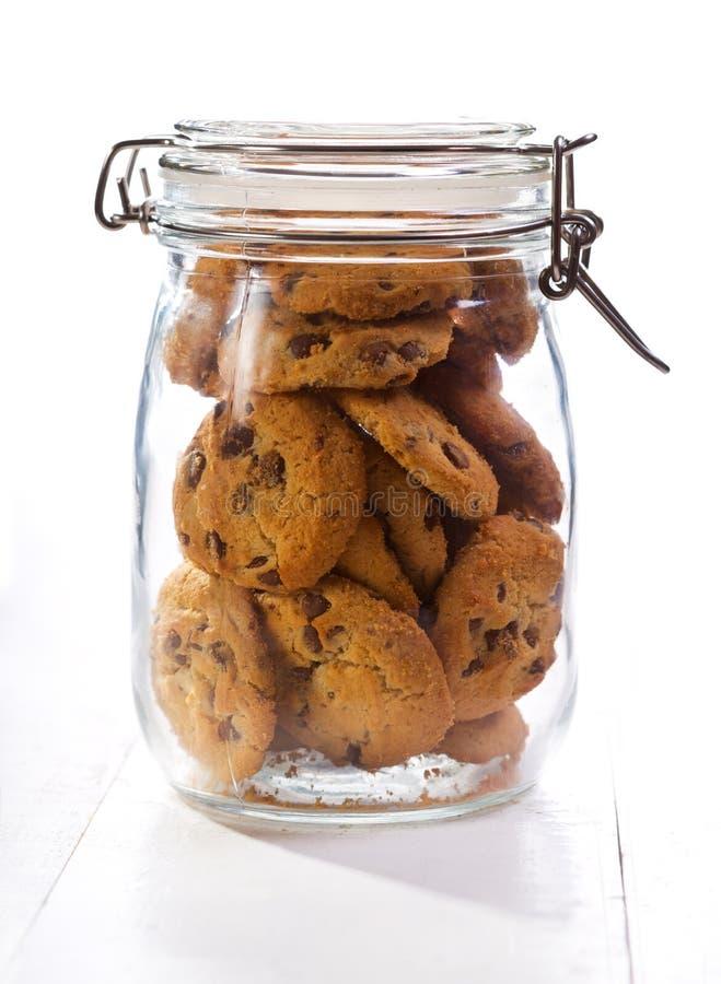 Biscotti del cioccolato in un barattolo di vetro immagini stock libere da diritti