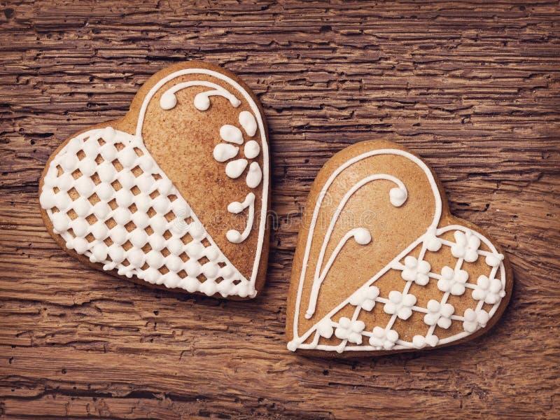 Biscotti del cuore del pan di zenzero fotografie stock